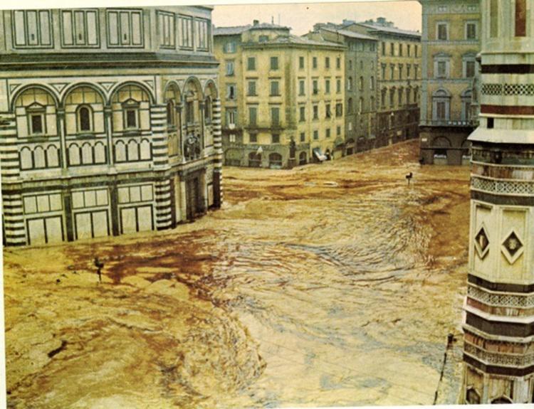 Piazza del Duomo a Firenze nell'alluvione del 1966